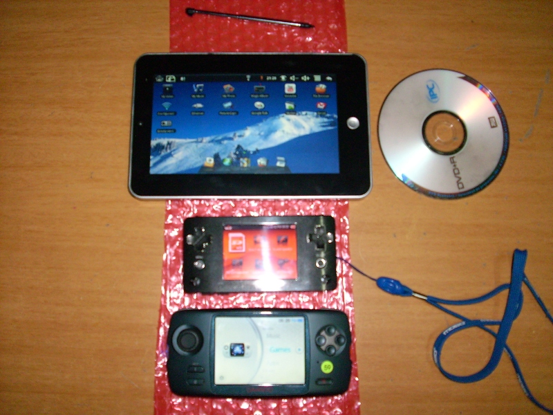 Photo showing the new Caanoo system as side-by-side with the Wiz and a Android tablet